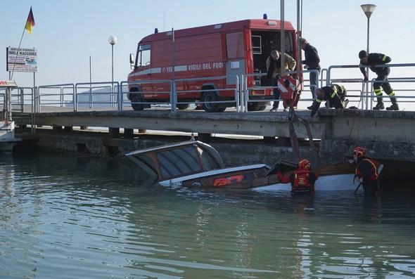 Una squadra dei vigili del fuoco con attrezzature pesanti ha preso posto all'inizio del pontile a Tuoro-sul-Trasimeno.