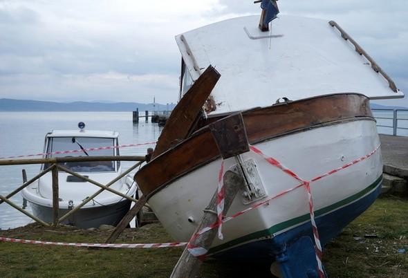 Con questa foto si ambienta bene la posizione del relitto della barca dopo il suo ritiro dal Trasimeno.