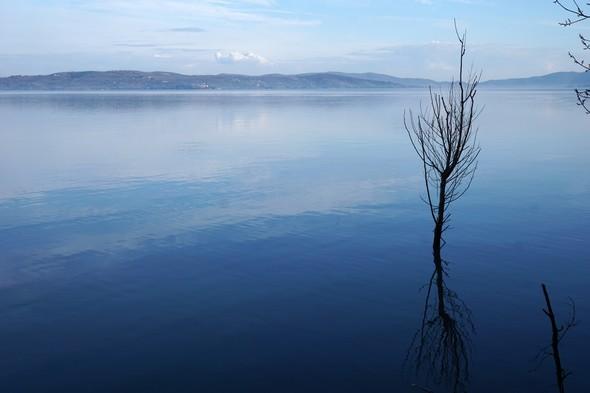 Du lungolago, on aperçoit bien la rive est du lac Trasimène.12/02/2017   -   16:26