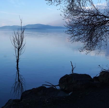 Vue plus cadrée de l'Isola Polvese (quadrant supérieur gauche).Ettoujours cette beuté ineffable des bleux du lac Trasimène en cette fin de journée quasi printanière è
