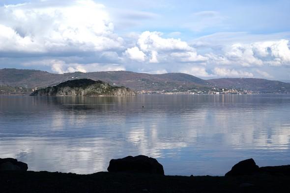 Depuis la rive est de l'Isola Maggiore, vue sur l'Isola Minore (à gauche) et les habitations de Passignano (à droite).Et toujours ces beaux bleux miroitants du lac qui reflète si bien les nuages blancs épars.