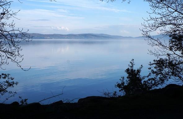 Au bout du lungolago, vue sur la rive est du lac Trasimène.