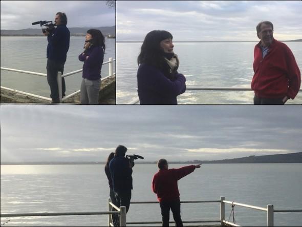 A l'extrémité de notre jardin, Jean présente aux envoyés de la TV ARTE les différents constituants de l'incroyable vue à 180° sur le lac Trasimène.Lundi 6 mars 2017.