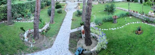 Vue panoramique de la partie antérieure de notre jardin face au lac Trasimène. Sur le côté droit nous avons encore un verger avec plusieurs arbres fruitiers.C'était il y a huit ans !Et Fabienne trop occupée par les travaux de restructuration de la maison, n'avait guère eu le temps de prodiguer ses soins au jardin et à sa floraison.23/05/2010