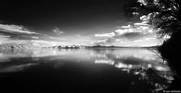 Jeu des nuages dans la partiesud-est du lac Trasimène.Surla partie gauche de la ligne médiane, on devine la silhouette sombre de l' Isola Polvese.12/02/2017
