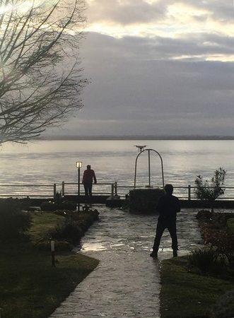 Robert ne put s'empêcher d'envoyer son drone saluer une dernière fois le lac Trasimène et l'amorce du coucher de soleil.
