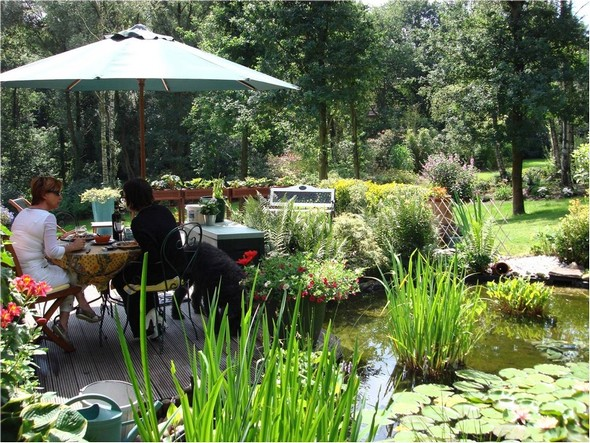 Une réalisation antérieure de Fabienne.Décoration florale d'un petit étang et d'un coin à manger dans notre dernière maison en Belgique.