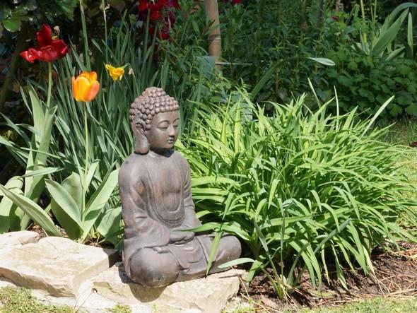 """Au sommet d'un petit escalier, un Bouddha serein et énigmatique.<br />""""Le bonheur n'est pas chose aisée.<br />Il est très difficile de le trouver en nous,<br />il est impossible de le trouver ailleurs."""""""