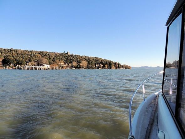 En route en hors-bord vers l'extrémité sud de l'Isola Maggiore.On y aperçoit à l'extrémité droite de l'île, la ligne de la longue digue de la darse de la villa.
