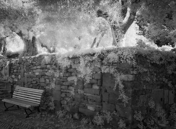 Ancien mur en gros moellons.Il borde un jardin situé du côté est de la rue.longeant un jardin, côté est.