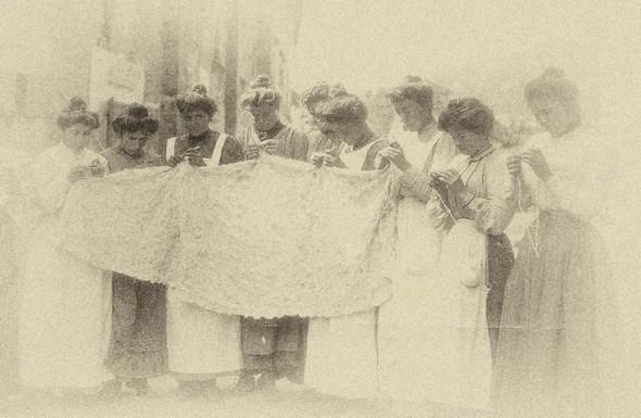 Via Guglielmi, uno gruppo di isolane imparando l'arte del merletto.