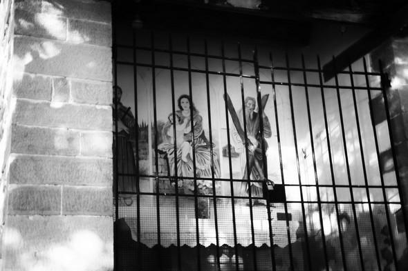 Chapelle des Trois Martyrs.Au centre, la Vierge et Jésus.A droite, saint André et sa croix.A gauche, une partie de la silhouette de saint François d'Assise.Au sommet de la via Tre Martiri.21/05/2017   -   19:31