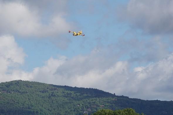 L'avion est remonté au nord du lac Trasimène et entame sa descente.
