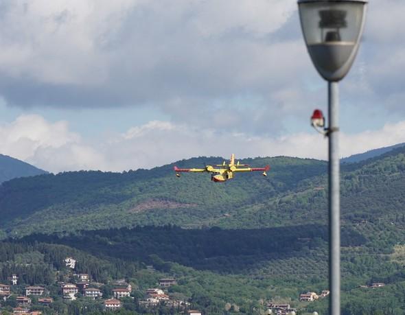 Deuxième amerrissage.L'hydravion vient de survoler Tuoro-sul-Trasimeno et ses collines qui culminent à 850 mètres.Il va bientôt amerrir sur le lac Trasimène.A droite, le phare de notre darse privée.09:56