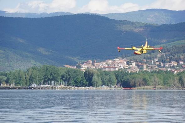 L'avion a dépassé le pontile de Tuoro-Navaccia et le Porto del Sole.