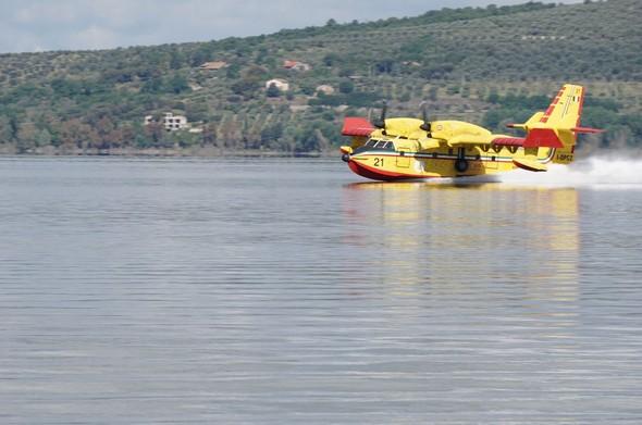 L'avion reprend de la vitesse en remplissant sa soute d'eau du lac.Et il commence à reprendre de la vitesse pour se préparer à redécoller...