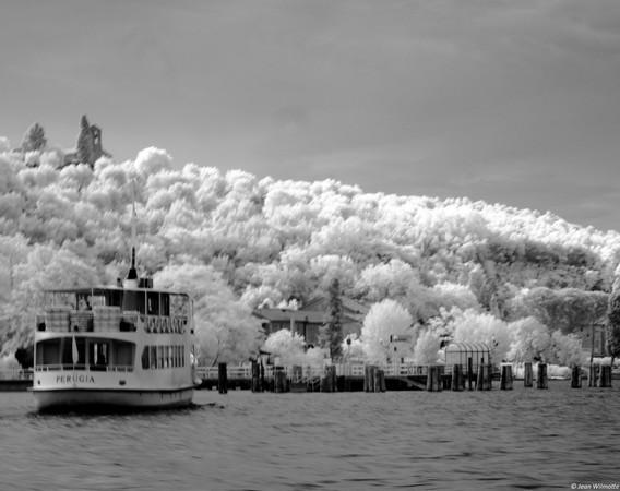 """Il traghetto """"Perugia"""" arriva al pontile di Isola Maggiore.Foto bianco e nero via l'infrarosso.20/05/2015"""