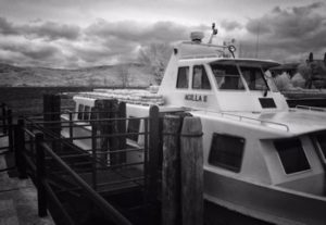 Un traghetto al pontile di Isola Maggiore.