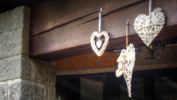 La terrazza coperta ha beneficiato anche della riserva di decorazioni matrimoniali del ristorante.