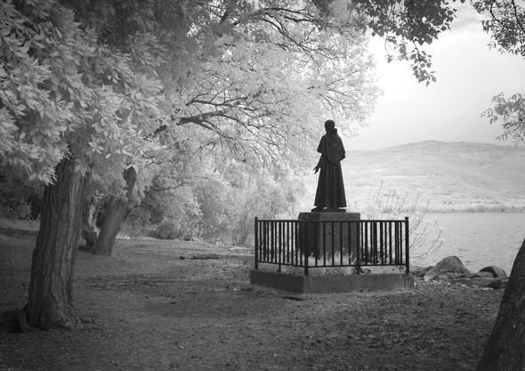 Statua di San Francesco al fine della strada di lungolago.Isola MaggioreFoto all'infrarosso