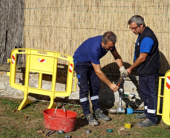 Les ouvriers procèdent à la connection de la nouvelle canalisation avec le tuyau menant au puits de l'Isola Maggiore.Lieu : la plage de l'Isola (voir panneau en-tête de cet article!).22 août 2014.