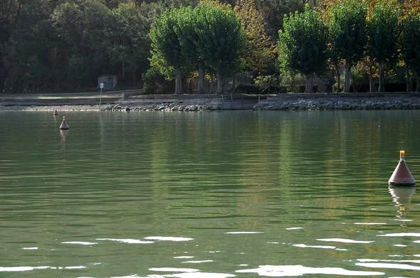 Au départ de la plage de l'Isola Maggiore.Alignement des bouées indiquant la présence de la canalisation.