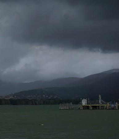 La bourrasque arrive au-dessus de Tuoro-sul-Trasimeno.A l'avant-plan, le pontile de l'Isola Maggiore.16/09/2017   -   08:31