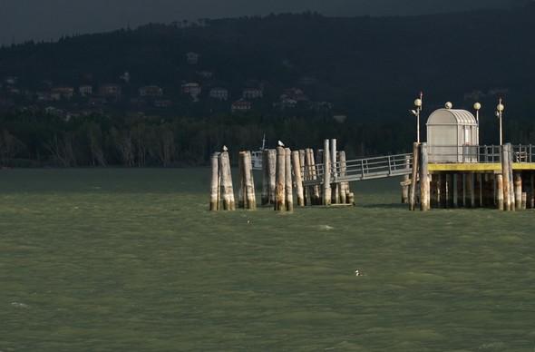 Extrémité du pontile de l'Isola Maggiore..<br /> Cette fois plus de doute, la bourrasque est bien arrivée au-dessus de Tuoro-sul-Trasimeno (en arrière-plan)!<br />08:36