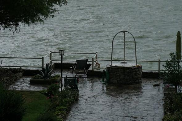 Après s'être libérée au-dessus de l'Isola Maggiore, la pluie s'en est allée laissant un jardin marqué par son passage.