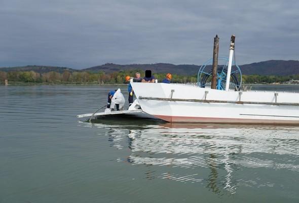 La rampe de débarquement a été abaissée.Ce plateau permet à l'équipe de maintenance d'entamer la réparation définitive.