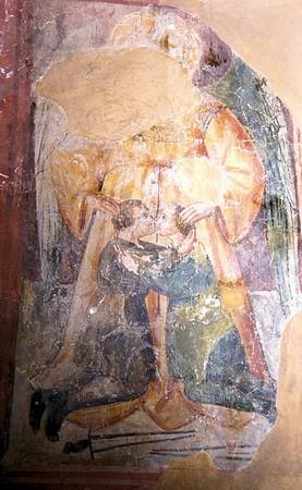 Ange de le Paix.<br />Au centre, de face, avec ses ailes, l'ange protecteur !<br />Agenouillés à ses pieds, et symboliquement protégés par les pans de sa cape, deux personnages de taille réduite, de profil, se donnent le baiser de la paix.<br />Ils ont déposé leurs épées à terre.