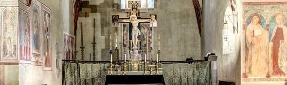 Vue générale des fresques présentes sur la parti inférieure de la tribune absidiale.<br />Chiesa di San Michele Arcangelo - XII° siècle.<br />Les fresques sont elles datées des XV° et XVI° siècles.