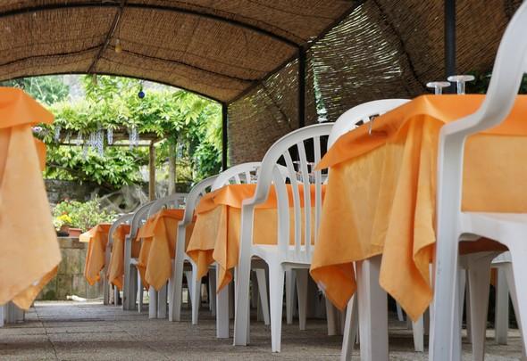 """Terrazzo del giardino del ristorante """"Da Sauro."""" Di fronte al lago Trasimeno.Isola Maggiore.30 aprile 2014"""