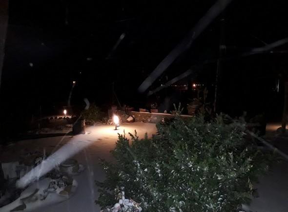 Avec le vent violent, un étonnant son et lumière nocturne sur notre jardin...Idem
