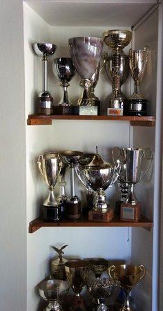 Esposizione di trofei sportivi ottenuti durante la sua partecipazione a molte regate.Soggiorno del suo albergo.