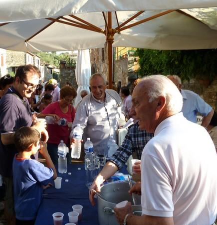 Dopo la processione del Perdono di Assisi, Sauro si prende cura dei pellegrini ed dei partecipanti.Via Guglielmi, Isola Maggiore.2 agosto 2011
