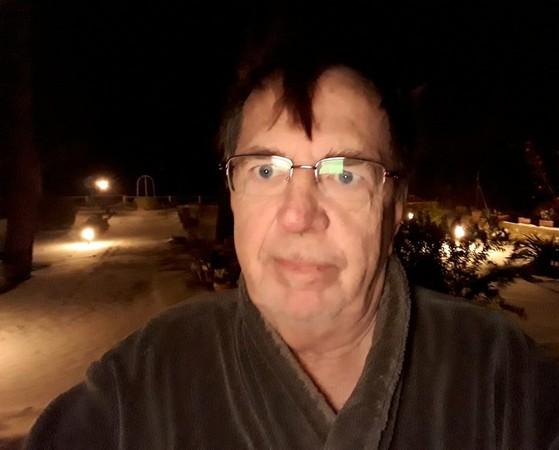Travaillant avec mon GSM, j'eus l'idée de tenter un selfie...... réalisai que j'étais dehors EN PEIGNOIR  sous la neige !Idem