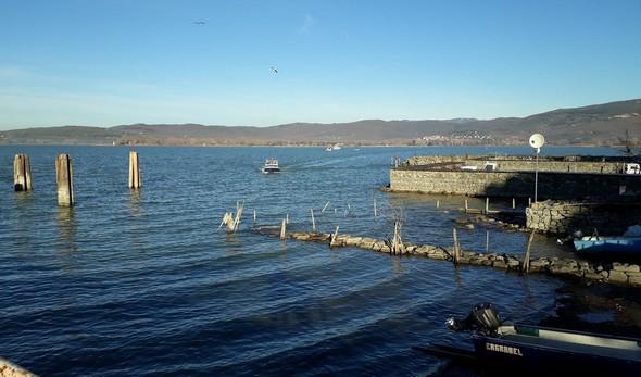 In lontananza, la fottiglia che vene da Tuoro-Navaccia.