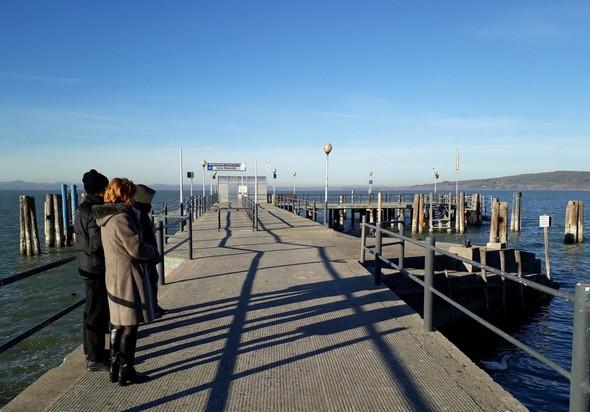 Attesa sul pontile di Isola Maggiore.