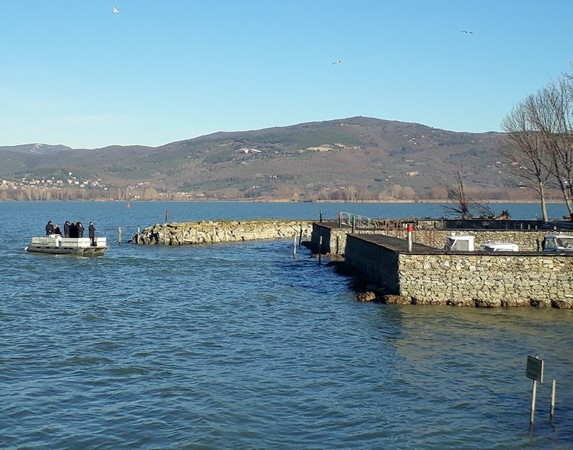 Arrivo alla darsena dello isolò della barca di Edoardo che porta un certo numero di persone