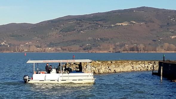 In ultima posizione, la barca di Maurizio porta la bara di Sauro Scarpocchi.