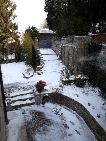 A l'arrière de la maison, la neige est inchangée et le soleil encore hors d'atteinte.