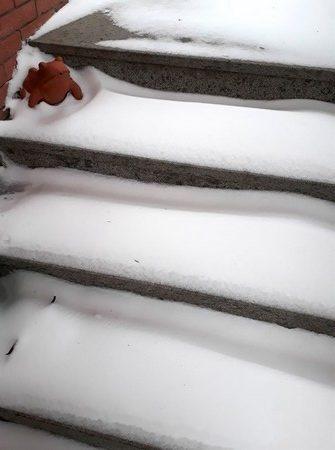 Les premières marches de lescalier extérieur permettent d'évaluer la couche de neige tombée...