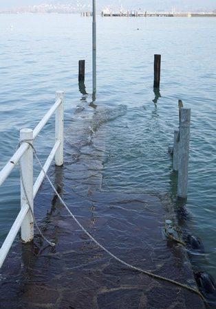 Quand le Trasimène atteignit son niveau maximal admissible; son émissaire du être ouvert. L'eau commençait à recouvrir le deuxième niveau de la digue de notre darse.19 mars 2015Plus 0,34 mètre.