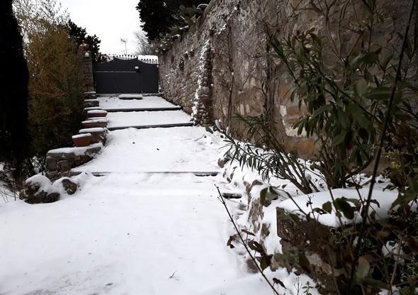 Allée enneigée menant à notre portail vers l'intérieur de l'Isola.