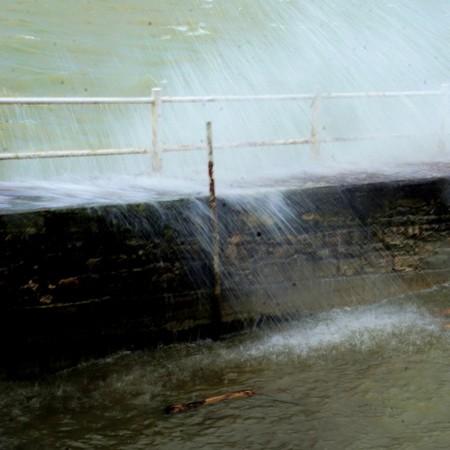 Cette fois, au contraire, essai de photographie des mêmes vagues à une vitesse relativement lente.1/10° - f/25 - compensation: -  0,3  - 42 mm - ISO 100