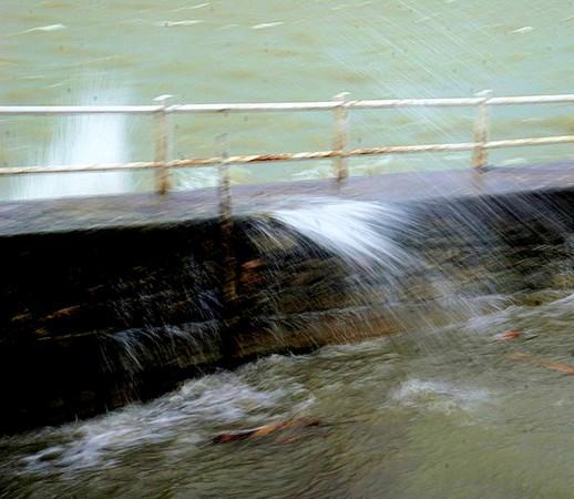 Arrivée d'une vague contre le quai et écoulement d'une autre dans la darse.Photo prise cette fois à une vitesse relativement plus lente.1/10° - f/25 - compensation: -  0,0  - 42 mm - ISO 100
