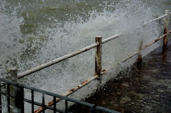 Arrêtée par la digue, l'eau explose aussitôt en hauteur !1/400 - f/5,6 - 55 mm - ISO 100