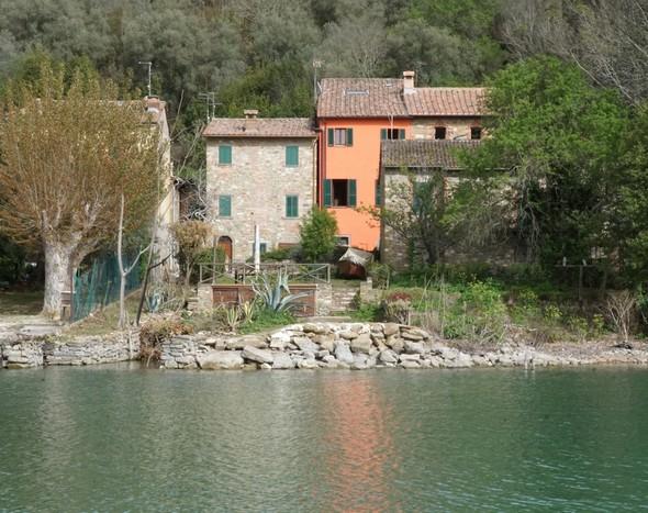 Façade récemment repeinte de la maison de Maurizio Bellaveglia.Via Guglielmi, Isola Maggiore.Photo prise en pilotina sur le lac.1/100° - f/29 - 55 mm - ISO 64018 avril 2018 - 16:42