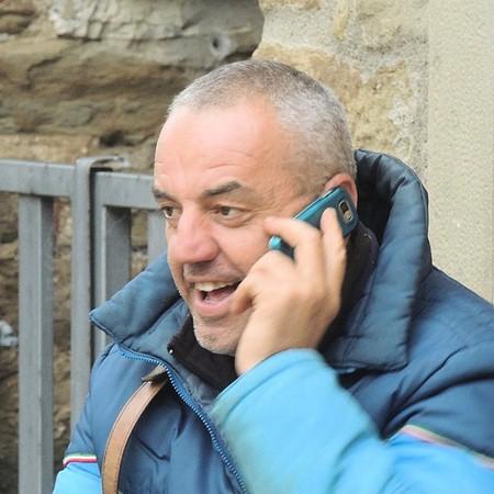 """Maurizio Bellaveglia.Nativo dell'Isola, la nostra versione del gondoliere e """"innamorato del telefonino"""".felice proprietario e pioniere delle facciate alte di colore."""